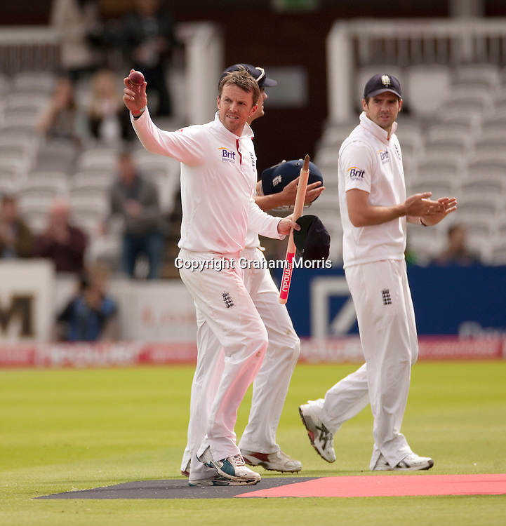 Bowler Graeme Swann celebrates his fifth wicket and winning the final npower Test Match between England and Pakistan at Lord's. Photo: Graham Morris (Tel: +44(0)20 8969 4192 Email: sales@cricketpix.com) 29/08/10