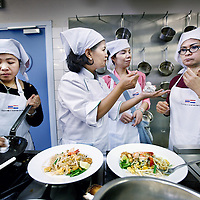 Nederland, Amsterdam , 2 juni 2010..Op woensdag, 3 juni, om 9.30 uur zal de Minister van Arbeid van Thailand, samen met Ambassadeur, MISS. PORNSIRI MEAKAWICHAI op de horeca-afdeling van het ROC van Amsterdam het startsein geven voor de bijscholing van nagenoeg alle Thaise restauranthouders in de regio...Met deze scholing, die gegeven wordt op 3, 4, en 5 juni tussen 9.30 en 14.00 uur in het gebouw van aan de Elandsstraat 175 in Amsterdam, bewaakt het Thaise ministerie de kwaliteit van haar Thaise keuken in het buitenland...Onder het toeziend oog van drie kookspecialisten, verbonden aan de universiteit van Bankok, zullen de restauranthouders (opnieuw) kookles krijgen en een proeve van bekwaamheid afleggen. Geslaagden worden hiermee officieel gecertificeerd..Foto:Jean-Pierre Jans