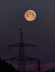 THEMENBILD - der Vollmond und ein Strommasten in der Dämmerung, aufgenommen am 21. März 2019 in Kaprun, Oesterreich // the full moon and a power pole at dusk in Kaprun, Austria on 2019/03/21. EXPA Pictures © 2019, PhotoCredit: EXPA/Stefanie Oberhauser
