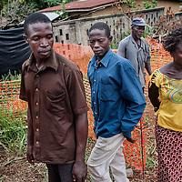 21/04/2014. Gueckedou. Guin&eacute;e Conakry.  <br /> <br /> Deux jours apr&egrave;s avoir &eacute;tait test&eacute;e positive &agrave; l'Ebola, Finda Marie Kamano d&eacute;c&egrave;de.<br /> <br /> Quelques membres de sa famille viennent s'assurer que c'est bien Finda Marie qui se trouve dans le sac mortuaire herm&eacute;tique.<br /> <br /> Two days after was tested positive for Ebola, Finda Marie Kamano dies.<br /> <br /> Some family members come to make sure that it is Finda Mary is in the sealed body bag.<br /> <br /> &copy;Sylvain Cherkaoui/Cosmos/MSF
