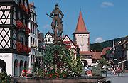 Deutschland, Germany,Baden-Wuerttemberg.Schwarzwald.Gengenbach, Röhrbrunnen am Marktplatz, Stadttor im Hintergrund.Gengenbach, fountain, city gate in background...