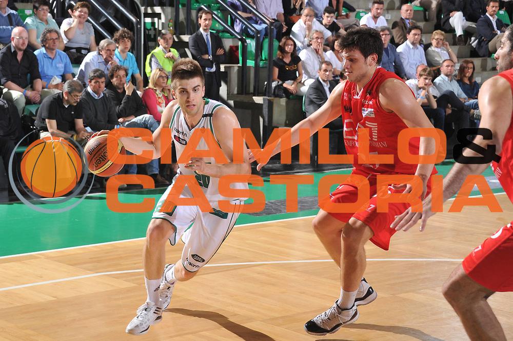 DESCRIZIONE : Treviso Lega A 2011-12 Benetton Treviso EA7 Milano<br /> GIOCATORE : jeff viggiano<br /> CATEGORIA :  palleggio<br /> SQUADRA : Benetton Treviso EA7 Milano<br /> EVENTO : Campionato Lega A 2011-2012<br /> GARA : Benetton Treviso EA7 Milano<br /> DATA : 03/05/2012<br /> SPORT : Pallacanestro<br /> AUTORE : Agenzia Ciamillo-Castoria/M.Gregolin<br /> Galleria : Lega Basket A 2011-2012<br /> Fotonotizia :  Treviso Lega A 2011-12 Benetton Treviso EA7 Milano<br /> Predefinita :
