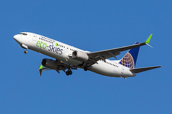 United Airlines Boeing 737-924ER (registration N75432) with eco-skies livery approaches San Francisco International Airport (SFO) over San Mateo, California, United States of America