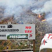 In Valsusa  continua l'emergenza incendi, nelle foto il fronte del fuoco sopra il presidio NOTAV di Venaus (TO) 29/10/2017