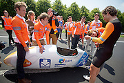 Sebastiaan Bowier komt aan bij de finish. Het Human Power Team Delft en Amsterdam presenteert de nieuwe fiets, de VeloX3, in Friesland. Fietser Sebastiaan Bowier rijdt met de VeloX3 over de A31 tussen Franeker en Donrijp. Het team hoopte op een snelheid van boven de 80 km/h, maar door de harde zijwind komt Bowier niet verder dan 78,8 km/h. Met de speciale ligfiets wil het team dat bestaat uit studenten van de TU Delft en de VU Amsterdam het wereldrecord fietsen verbreken. Dat staat nu op 133 km/h.<br /> <br /> Sebastiaan Bowier has finished. The Human Power Team Delft and Amsterdam presents their new record bike, the VeloX3, in Friesland. Cyclist Sebastiaan Bowier cycles with the VeloX3 on the A31 highway between Franeker and Donrijp. They hoped to get above the 80 km/h, but due to the severe side winds Bowier reaches 78,8 km/h maximum.  With the special recumbent bike the team, consisting of students of the TU Delft and the VU Amsterdam, wants to set a new world record cycling. The current speed record is 133 km/h.