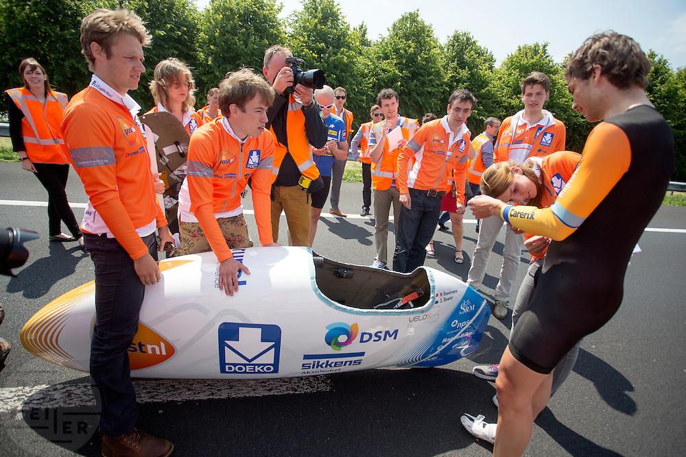 Sebastiaan Bowier komt aan bij de finish. Het Human Power Team Delft en Amsterdam presenteert de nieuwe fiets, de VeloX3, in Friesland. Fietser Sebastiaan Bowier rijdt met de VeloX3 over de A31 tussen Franeker en Donrijp. Het team hoopte op een snelheid van boven de 80 km/h, maar door de harde zijwind komt Bowier niet verder dan 78,8 km/h. Met de speciale ligfiets wil het team dat bestaat uit studenten van de TU Delft en de VU Amsterdam het wereldrecord fietsen verbreken. Dat staat nu op 133 km/h.<br /> <br /> Sebastiaan Bowier has finished. The Human Power Team Delft and Amsterdam presents their new record bike, the VeloX3, in Friesland. Cyclist Sebastiaan Bowier cycles with the VeloX3 on the A31 highway between Franeker and Donrijp. They hoped to get above the 80 km/h, but due to the severe side winds Bowier reaches 78,8 km/h maximum.  With the special recumbent bike the team, consisting of students of the TU Delft and the VU Amsterdam, wants to set a new world record cycling. The current speed record is 133 km/h.