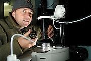Der Fotograf Solvin Zankl baute sein Studio in einem Kühlcontainern auf. Die Temperatur liegt dort konstant bei 4 Grad - bei Außentemperaturen bis zu über 30 Grad. Nur durch die Kühlung kann gewährleistet werden, dass die Organismen am Leben bleiben. Kleinste Objekte werden sogar unter einem Mikroskop fotografiert. Solvin Zankl photographing | Deep Sea plankton | Tiefsee Plankton