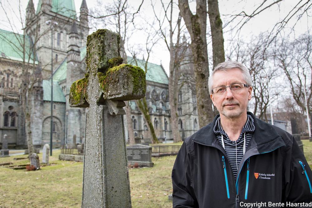 Trygve Jensen, leder for gravferdsforvaltningen i Trongheim, Kirkelig Fellesråd. Kirkegården ved Nidarosdomen er fredet.