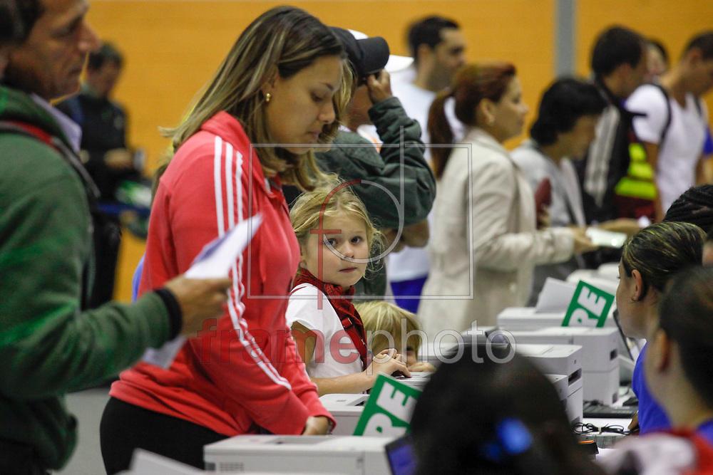São Paulo/SP - 04/10/2013. Atletas inscritos na 19ª Maratona de SP retiram os kits no Ginásio Estadual Geraldo José de Almeida, o Ibirapuera, na zona sul da Capital. Foto: ALE FRATA/FRAME