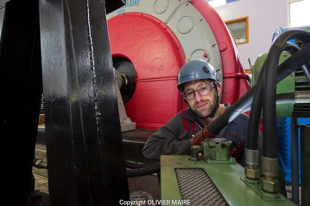 Pierre Fauchere, ouvrier, travaille dans les turbines hydroÈlectrique presques centenaire de l'usine de Bramois le jeudi 14 octobre 2010. Concerne le renouvellement des concessions hydroÈlectriques en VS. lÈgislature electricite energie barrage forces motrices, grande Dixence conduites forcÈes. (PHOTO-GENIC.CH/ OLIVIER MAIRE)