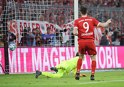 14.04.2018, Allianz Arena, Muenchen, GER, 1. FBL, FC Bayern Muenchen vs Borussia Moenchengladbach, 30. Runde, im Bild Robert Lewandowski erzielt das 5:1 f&uuml;r den FC Bayern // during the German Bundesliga 30th round match between FC Bayern Munich and Borussia Moenchengladbach at the Allianz Arena in Muenchen, Germany on 2018/04/14. EXPA Pictures &copy; 2018, PhotoCredit: EXPA/ Sammy Minkoff<br /> <br /> *****ATTENTION - OUT of GER*****