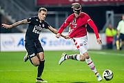ALKMAAR - 26-10-2016, AZ - FC Emmen, AFAS Stadion, 1-0, FC Emmen speler Nick Bakker, AZ speler Wout Weghorst