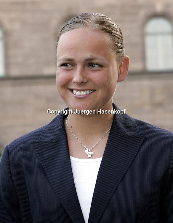 Fed Cup Germany - Croatia , ITF Damen Tennis Turnier in Fuerth, Wettbewerb der Mannschaft von Deutschland gegen Kroatien,eine gut gelaunte Anna-Lena Groenefeld(GER)vor dem  Rathaus.<br />Foto: Juergen Hasenkopf<br />B a n k v e r b.  S S P K  M u e n ch e n, <br />BLZ. 70150000, Kto. 10-210359,<br />+++ Veroeffentlichung nur gegen Honorar nach MFM,<br />Namensnennung und Belegexemplar. Inhaltsveraendernde Manipulation des Fotos nur nach ausdruecklicher Genehmigung durch den Fotografen.<br />Persoenlichkeitsrechte oder Model Release Vertraege der abgebildeten Personen sind nicht vorhanden.