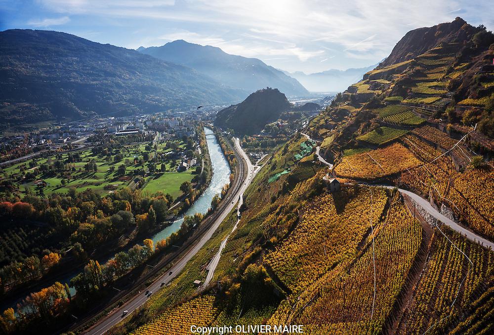 Le vignoble entre Sion Uvrier et St L&eacute;onard<br />  <br /> Clavau, Vin Vins, raisin, vigne, viticulture, montagne, Alpes. Valais, mur de vigne. (PHOTO-GENIC.CH/ OLIVIER MAIRE)<br /> <br /> plaine du Rhone Valais