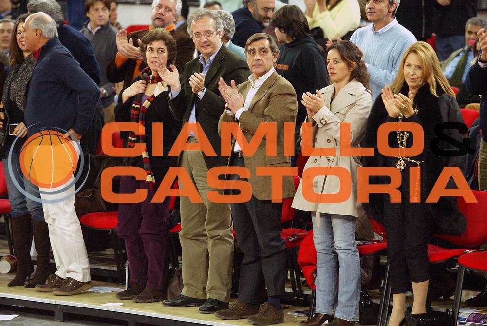 DESCRIZIONE : Roma Lega A1 2005-06 Lottomatica Virtus Roma Basket Livorno <br /> GIOCATORE : Veltroni Toti <br /> SQUADRA : Lottomatica Virtus Roma <br /> EVENTO : Campionato Lega A1 2005-2006 <br /> GARA : Lottomatica Virtus Roma Basket Livorno <br /> DATA : 04/02/2006 <br /> CATEGORIA : Esultanza <br /> SPORT : Pallacanestro <br /> AUTORE : Agenzia Ciamillo-Castoria/G.Ciamillo