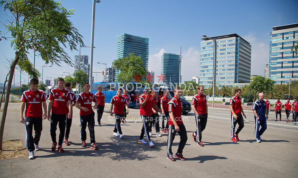 BARCELONA, SPAIN - Monday, September 8, 2014: Wales' team take a stroll in Barcelona ahead of the opening UEFA Euro 2016 qualifying match against Andorra. (Pic by David Rawcliffe/Propaganda)