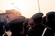 Relève de la garde place Tian'anmen avant l'évacuation pour la nuit.