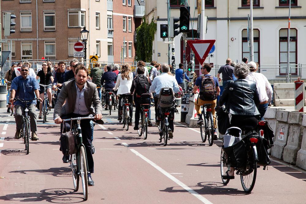 In Utrecht rijdt een grote stroom fietsers bij een van de drukste fietsroutes van Nederland.<br /> <br /> In Utrecht a great amount of cyclists ride at one of the crowdiest bike routes in the Netherlands.