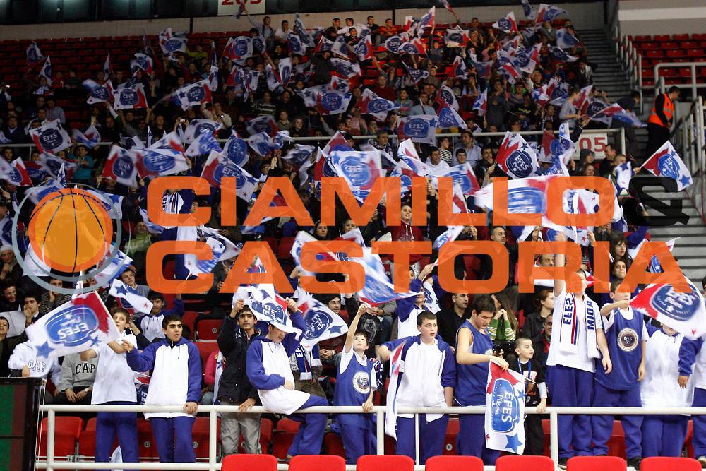 DESCRIZIONE : Istanbul Eurolega 2009-10 Top 16 Efes Pilsen Istanbul Montepaschi Siena<br /> GIOCATORE : tifo fan supporter<br /> SQUADRA : Efes Pilsen Istanbul<br /> EVENTO : Eurolega 2009-2010<br /> GARA : Efes Pilsen Istanbul Montepaschi Siena<br /> DATA : 03/02/2010 <br /> CATEGORIA : <br /> SPORT : Pallacanestro <br /> AUTORE : Agenzia Ciamillo-Castoria/P.Lazzeroni<br /> Galleria : Eurolega 2009-2010 <br /> Fotonotizia : Siena Eurolega 2009-10 Top 16 Efes Pilsen Istanbul Montepaschi Siena<br /> Predefinita :