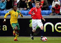 Fotball<br /> 10. Oktober 2009<br /> Privatlandskamp<br /> Ullevaal stadion<br /> Norge v Sør-Afrika 1 - 0<br /> Siphiwe Tshabalala , Sør-Afrika<br /> Tom Høgli , Norge<br /> Foto : Astrid M. Nordhaug
