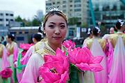 """Eine Junge Frau in traditionellen Kleidern vorbereitet für eine Probe zur Buddha Laternen Parade. Die Feierlichkeiten von Buddhas Geburtstag (2. Mai diesen Jahres) gehen über eine ganze Woche - die Tempel und Strassen des Landes werden in dieser Zeit mit bunten Lampions dekoriert. <br /> <br /> A young woman prepared for a rehearsel for the Buddhist Lantern Parade. In Korea the birthday of Buddha is celebrated according to the Lunisolar calendar. This day is called """"Seokga tansinil"""", meaning """"the day of Buddha's birthday"""". The celebration is taking place for one week."""