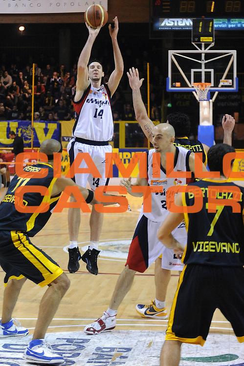DESCRIZIONE : Lodi Lega A2 2009-10 U.C.C. Casalpusterlengo Miro Radici Finance Vigevano<br /> GIOCATORE : Troy Ostler<br /> SQUADRA : U.C.C. Casalpusterlengo<br /> EVENTO : Campionato Lega A2 2009-2010<br /> GARA : U.C.C. Casalpusterlengo Miro Radici Finance Vigevano<br /> DATA : 06/12/2009<br /> CATEGORIA : tiro<br /> SPORT : Pallacanestro<br /> AUTORE : Agenzia Ciamillo-Castoria/A.Dealberto<br /> Galleria : Lega Basket A2 2009-2010<br /> Fotonotizia : Lodi Campionato Italiano Lega A2 2009-2010 U.C.C. Casalpusterlengo Miro Radici Finance Vigevano<br /> Predefinita :
