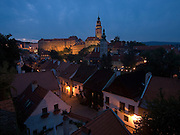 Cesky Krumlov, Krumau/Tschechische Republik, Tschechien, CZE, 26.07.2008: Blick auf die abendliche Altstadt und die staatliche Burg sowie das Schloß Cesky Krumlov (Böhmisch Krumau/ Krumau) . Die Hochschätzung dieses Ortes durch inländische und ausländische Experten führte allmählich zur Aufnahme in die höchste Stufe des Denkmalschutzes. Im Jahre 1963 wurde die Stadt zum Stadtdenkmalschutzgebiet erklärt, im Jahre 1989 wurde das Schloßareal zum nationalen Kulturdenkmal erklärt und im Jahre 1992 wurde der ganze historische Komplex ins Verzeichnis der Denkmäler des Kultur- und Naturwelterbes der UNESCO aufgenommen.<br /> <br /> Cesky Krumlov/Czech Republic, CZE, 26.07.2008: View to the evening oldtown and the castle of Cesky Krumlov, with its architectural standard, cultural tradition, and expanse, ranks among the most important historic sights in the central European region. Building development from the 14th to 19th centuries is well-preserved in the original groundplan layout, material structure, interior installation and architectural detail. Situated on the banks of the Vltava river, the town was built around a 13th-century castle with Gothic, Renaissance and Baroque elements. It is an outstanding example of a small central European medieval town whose architectural heritage has remained intact thanks to its peaceful evolution over more than five centuries.