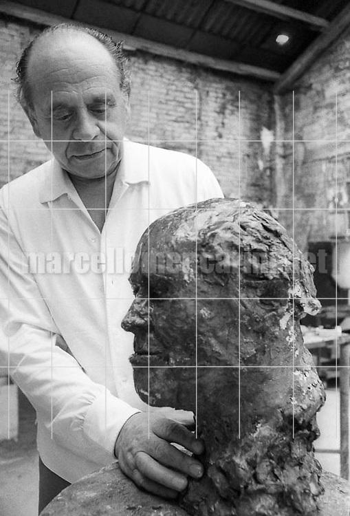 Venice, 1979. Lithuanian artist Arbit Blatas in his studio working at a statue of Mstislav Rostropovich / Venezia, 1979. L'artista Arbit Blatas nel suo studio mentre lavora a una statua di Mstislav Rostropovich - © Marcello Mencarini