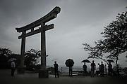 Au sommet de la montagne Hiyorigaoka qui se trouve au cur dIshinomaki, depuis le temple Kashimamiko Jinja, la population observe le littoral et constate lampleur des dégâts.