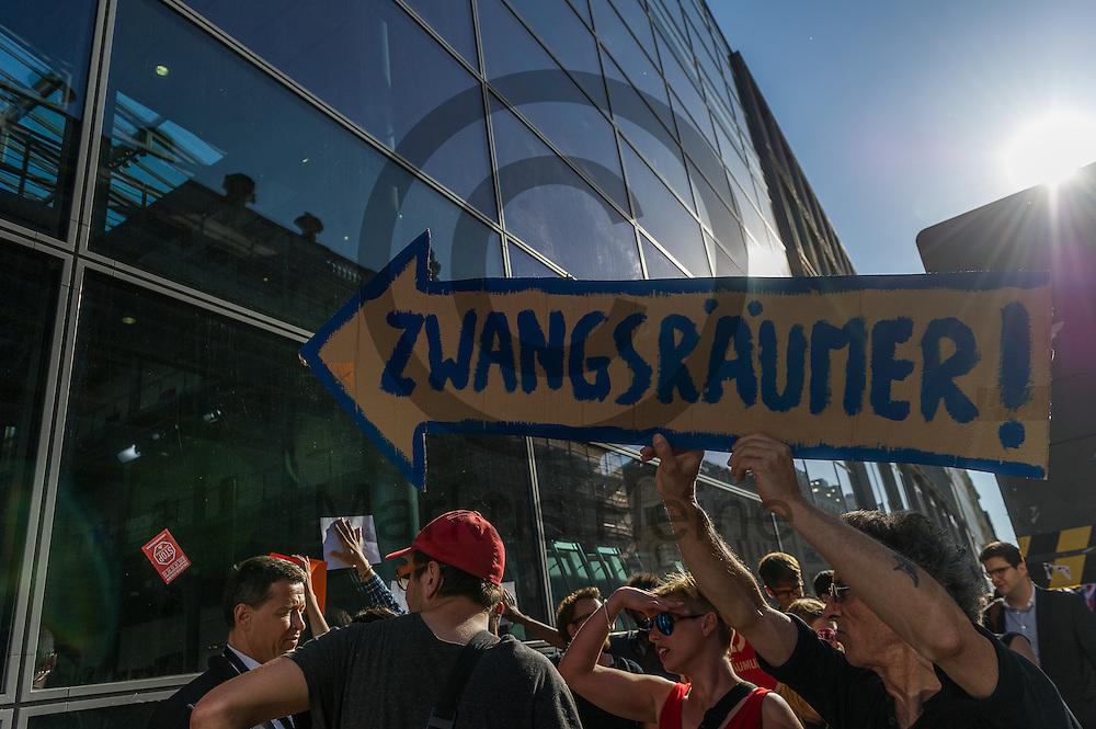 &quot;Zwangsr&auml;umer!&quot; steht w&auml;hrend der Demonstration &quot;Recht auf Stadt statt Schloss&quot; am 08.06.2016 in Berlin, Deutschland auf dem Schild eines Demonstranten. Mehrere hundert Menschen demonstrierten unter dem Motto &quot;Recht auf Stadt statt Schloss&quot; gegen den Tag der deutschen Immobilienwirtschaft und gegen den immer weniger werdenden Wohnraum f&uuml;r gering und normalverdienende. Foto: Markus Heine / heineimaging<br /> <br /> ------------------------------<br /> <br /> Ver&ouml;ffentlichung nur mit Fotografennennung, sowie gegen Honorar und Belegexemplar.<br /> <br /> Bankverbindung:<br /> IBAN: DE65660908000004437497<br /> BIC CODE: GENODE61BBB<br /> Badische Beamten Bank Karlsruhe<br /> <br /> USt-IdNr: DE291853306<br /> <br /> Please note:<br /> All rights reserved! Don't publish without copyright!<br /> <br /> Stand: 06.2016<br /> <br /> ------------------------------