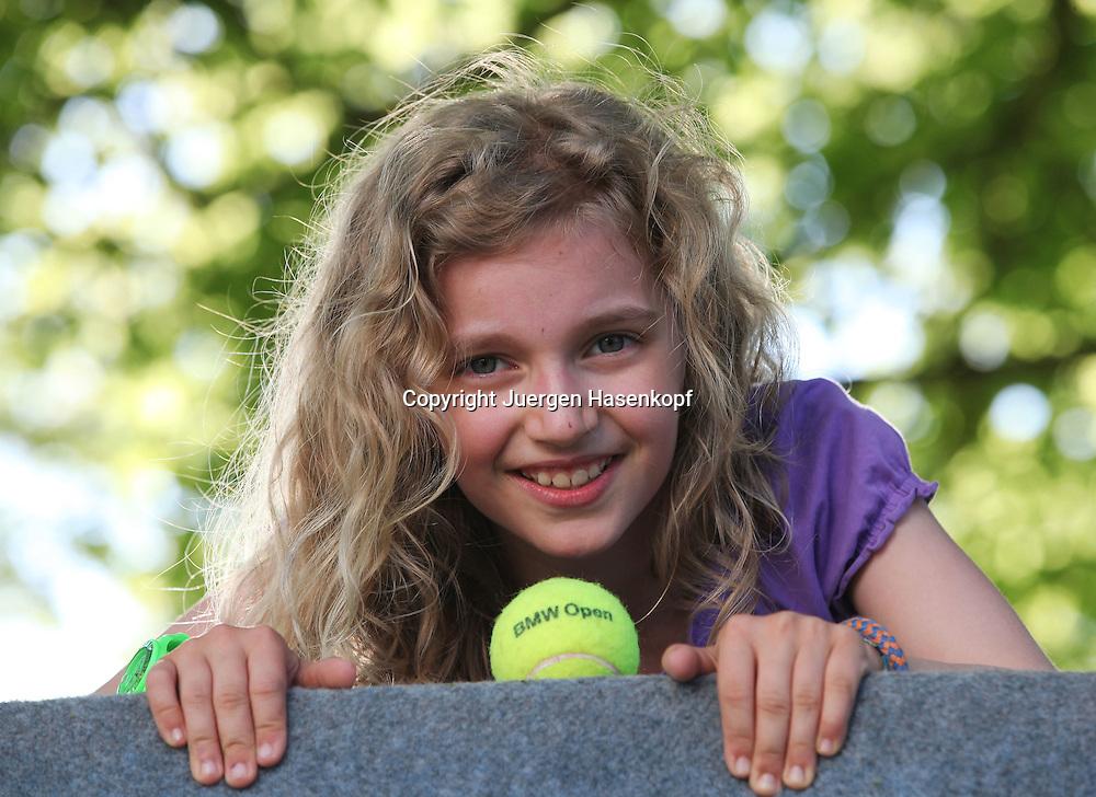 BMW Open 2012,250 ATP World Tour, Tennis Turnier, International Series,Iphitos Tennis Club, Sandplatz, Muenchen,junges Maedchen mit Tennisball,Fan,Zuschauer,<br /> Portrait,Nahaufnahme,Querformat,Feature,
