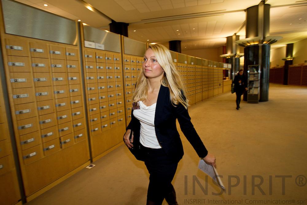 BRUSSELS - BELGIUM - 26 OCTOBER 2010. -- Karen Roiy, chefkonsulent på Dansk Arbejdsgiverforenings kontor i Bruxelles, passerer MEP-ernes postbokse i Europa-Parlamentet, på sin vej til Kultur- og Uddannelsesudvalget møde. PHOTO: ERIK LUNTANG / INSPIRIT Photo