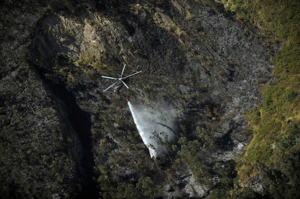 El municipio de Quito compró helicópteros para contraatacar la serie de incendios, pero fue una acción tardía ya uqe una semana despues de haber llegado, empezaron las lluvias.  Durante una sequía de dos meses, aproximadamente 2565 incendios forestales, (muchos presuntamente provocados) quemaron 3796 hectareas de bosques, algunas casas y muchos animales silvestres en las laderas boscosas que rodean Quito, la capital del Ecaudor.   Ningún humano murió, pero tomaran décadas antes de que las áreas afectadas se recuperen.
