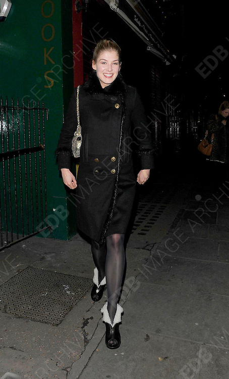 28.FEBRUARY.2011. LONDON<br /> <br /> ROSAMUND PIKE LEAVING THE J SHEEKEY RESTAURANT IN SOHO AT 12.30AM AFTER HAVING DINNER WITH KEIRA KNIGHTLEY.<br /> <br /> BYLINE: EDBIMAGEARCHIVE.COM<br /> <br /> *THIS IMAGE IS STRICTLY FOR UK NEWSPAPERS AND MAGAZINES ONLY*<br /> *FOR WORLD WIDE SALES AND WEB USE PLEASE CONTACT EDBIMAGEARCHIVE - 0208 954 5968*