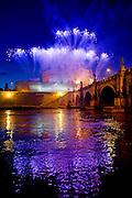 2013/06/29 Roma, la Girandola di Castel S. Angelo, fuochi d'artificio tradizionali in occasione della festa dei patroni della capitale, SS. Pietro e Paolo. Nella foto un momento dello spettacolo pirotecnico.<br /> Rome, the Girandola of Castel S. Angelo, traditional fireworks in honor of patron saints of the city, St. Peter and St. Paul. In the picture the fireworks - &copy; PIERPAOLO SCAVUZZO