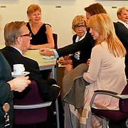 NLD/Huizen/20110429 - Lintjesregen 2011, linda de Mol en partner Jeroen Rietbergen drinken koffie met haar ouders