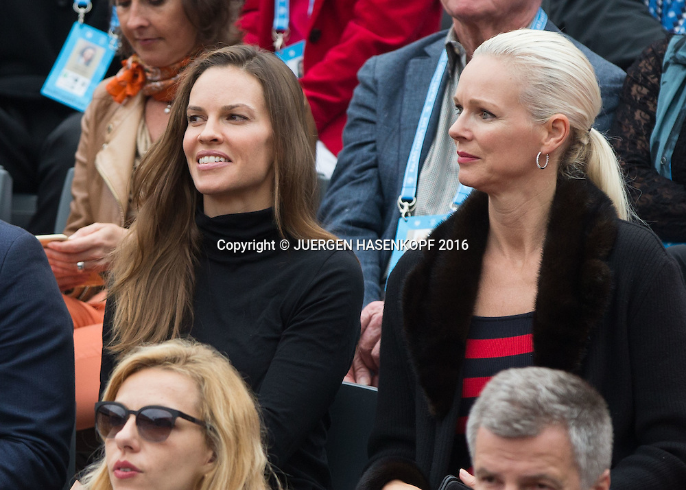 French Open 2016 Feature ,Schauspielerin Hilary Swank   und Freundin  Clare Farwell sitzen in der Ehrenloge,Herren Finale, Endspiel,<br /> <br /> <br /> Tennis - French Open 2016 - Grand Slam ITF / ATP / WTA -  Roland Garros - Paris -  - France  - 5 June 2016.