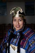 Alguna asesoras del hogar inmigrantes Peruanas ,con diferentes tipos de fechas de residencia  y edades  participan de un baile religioso en Santiago de Chile, para darle honores  a la virgen del Carmen ,viajando en el metro (medio de trasnporte) con sus vestimentas festivas ,dandole color y mas vida a la cotideanidad