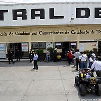 Toluca, México.- Integrantes de la Organización de Comerciantes de la Central de Abastos de Toluca llevaron a cabo a puerta cerrada su asamblea para poder designar a la nueva mesa directiva, policías municipales y estatales resguardaron el lugar para evitar cualquier enfrentamiento. Agencia MVT / Crisanta Espinosa