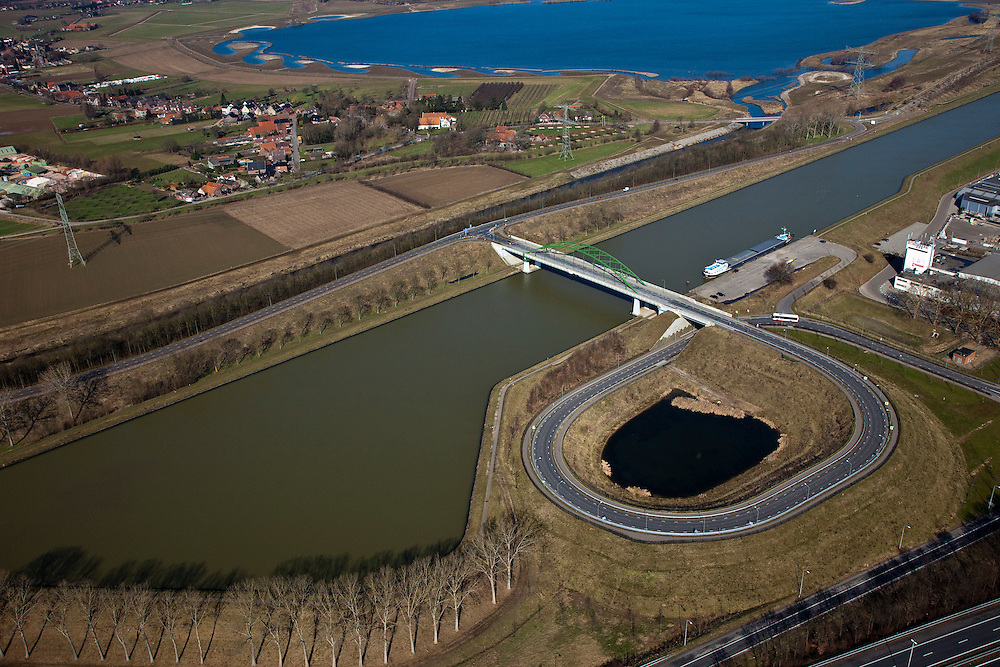 Nederland, Limburg, Gemeente Maasgouw,, 07-03-2010; brug over het Julianakanaal.tussen Ohe & Laak en Echt. Het kanaal aangelegd in het kader van de Maaskanalisatie ligt tussen dijken en op een aanmerkelijk hoger niveau dan de Maas (links) en de snelweg A2 (oprit rechts). Links van het kanaal een zandwinplas en een arm van de Oude Maas..Bridge over the Juliana Canal between Ohe & Laak and Echt. The canal was  was built as part of the Meuse Canalization and lies - between dikes - significantly higher than the Meuse (left) and the A2 highway (ramp, right)..luchtfoto (toeslag), aerial photo (additional fee required).foto/photo Siebe Swart