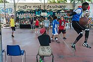Logos 2015, giovani giocano a pallacanestro. Parco delle Energie all'interno dell'Ex Snia Viscosa.