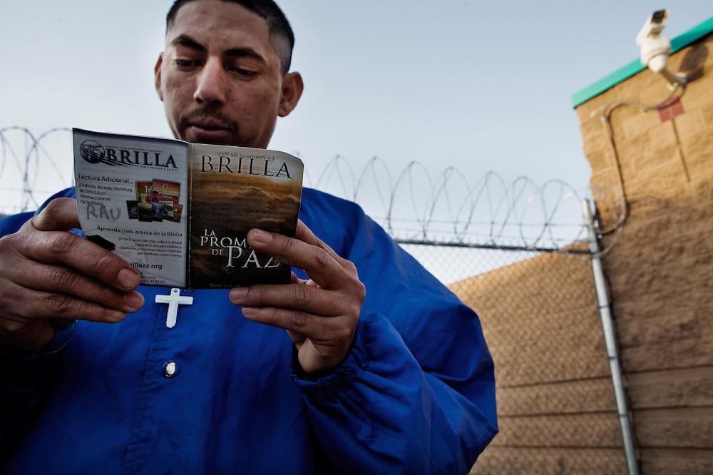 Raúl leyendo su Biblia simples poco antes de ser deportado, en lo que llaman su vidas último viaje...