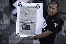 June 19, 2017 - Manifestante mostra notícia sobre o anúncio de privatizações no setor aeroportuário, na manhã desta segunda-feira (19). O Sindicato Nacional dos Aeroportuários (Sina) se reuniu em manifestação contra a privatização da Infraero no Aeroporto de Congonhas, em São Paulo. (Credit Image: © Bruno Rocha/Fotoarena via ZUMA Press)