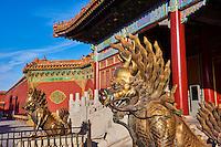 Chine, Pékin (Beijing), Cité Interdite, classée Patrimoine Mondial de l'UNESCO, Porte de la Prouesse Divine // China, Beinjing, Forbidden City, statue of dragon