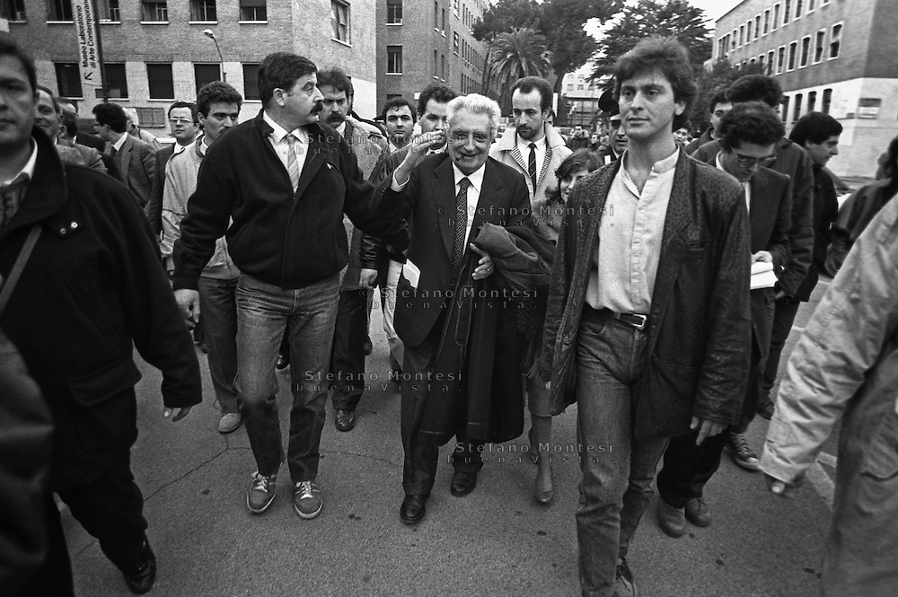 Roma 1988.Renzo De Felice scortato dalle forze dell'ordine all'università La Sapienza si allontana dopo la contestazione da parte degli studenti..Renzo De Felice (1929 - 1996) è stato uno storico italiano, considerato il maggiore studioso del fascismo..Renzo De Felice (8 April 1929 - 25 May 1996) was an Italian historian, who specialized in the Fascist era