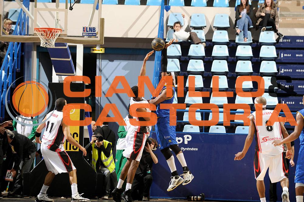 DESCRIZIONE : Championnat de France Basket Ligue Pro A  Semaine des As Quart de Finale<br /> GIOCATORE : HUGHES Rick<br /> SQUADRA : Hyeres Toulon <br /> EVENTO : Ligue Pro A  2010-2011<br /> GARA : Chalon Hyeres Toulon<br /> DATA : 11/02/2011<br /> CATEGORIA : Basketbal France Ligue Pro A<br /> SPORT : Basketball<br /> AUTORE : JF Molliere par Agenzia Ciamillo-Castoria <br /> Galleria : France Basket 2010-2011 Action<br /> Fotonotizia : Championnat de France Basket Ligue Pro A Semaine des As Quart Finale Pau