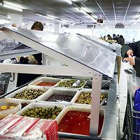 Nederland, Amsterdam , 3 mei 2011..Supermarkt Tanger..De etnische supermarkt Tanger in Slotermeer is met die prijs goedkoper dan de winkels in het Marokkaanse Tanger. De winkel trekt klanten aan van ver buiten de stad..Op de foto verschillende soorten olijven...Foto:Jean-Pierre Jans