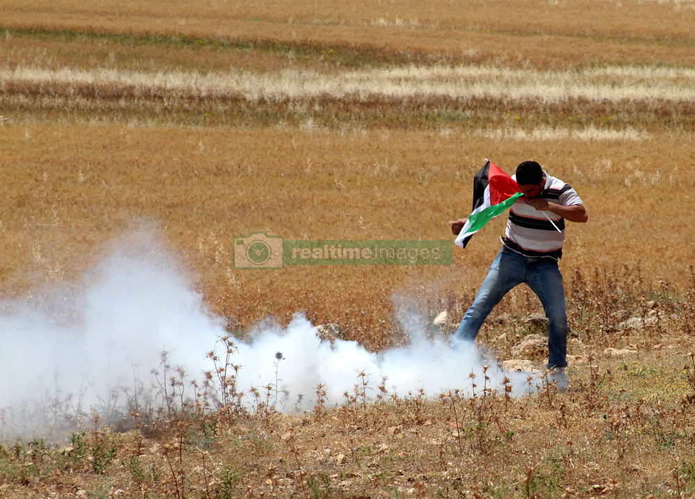May 19, 2017 - Palestinian protesters clash with Israeli security forces in the West Bank village of Beit Dajan, during a demonstration in solidarity with  Palestinian detainees on hunger strike in Israeli jails (Credit Image: © Mohammed Turabi/ImagesLive via ZUMA Wire)