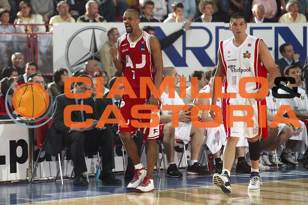 DESCRIZIONE : Varese Lega A1 2005-06 Whirlpool Varese Armani Jeans Olimpia Milano <br /> GIOCATORE : Shumpert <br /> SQUADRA : Armani Jeans Olimpia Milano <br /> EVENTO : Campionato Lega A1 2005-2006 <br /> GARA : Whirlpool Varese Armani Jeans Olimpia Milano <br /> DATA : 06/05/2006 <br /> CATEGORIA : Esultanza <br /> SPORT : Pallacanestro <br /> AUTORE : Agenzia Ciamillo-Castoria/S.Ceretti <br /> Galleria : Lega Basket A1 2005-2006 <br /> Fotonotizia : Varese Campionato Italiano Lega A1 2005-2006 Whirlpool Varese Armani Jeans Olimpia Milano <br /> Predefinita : si
