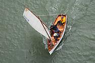 Ruime wind, de riemen zijn opgeborgen. Op vrijdag voer de vloot kleine boten naar Plougoumelen.